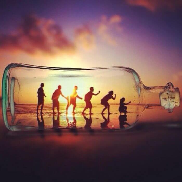 foto amigos dentro de una botella