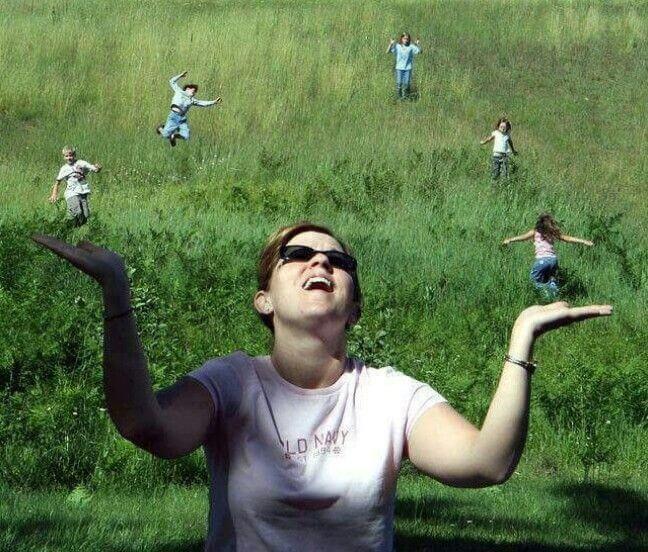 juego de perspectiva, mujer haciendo malabares con su familia
