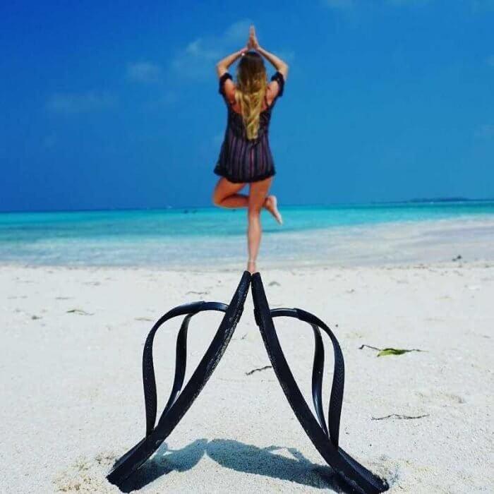 juego de perspectiva, chanclas y pose de yoga