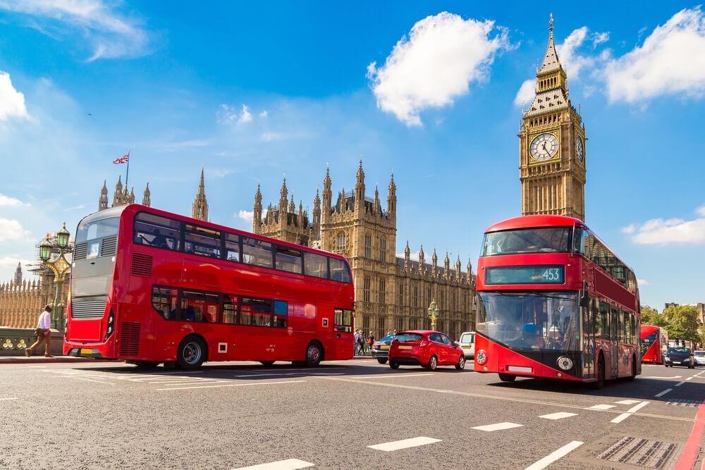 Grandes autobuses rojos con cubiertas superiores brindan vistas panorámicas durante su primera visita a Londres
