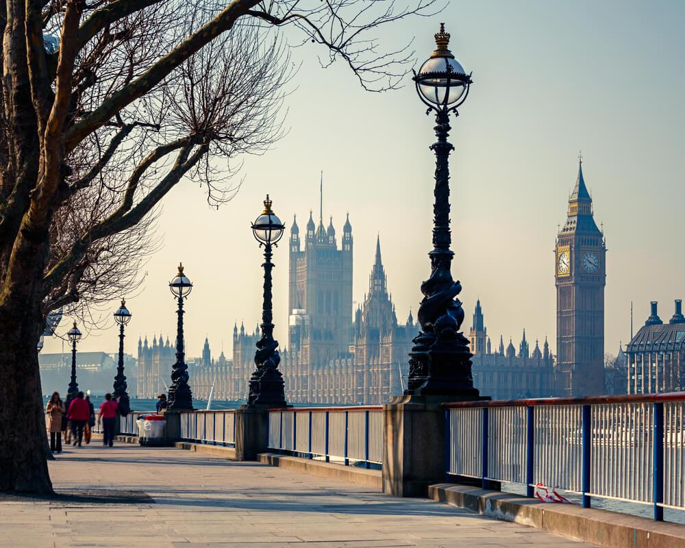 Esta hermosa calle ofrece hermosas vistas del edificio del Parlamento en Londres