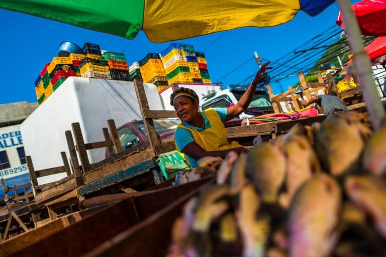Una mujer afrocolombiana vende pescado fresco en el mercado de Bazurto en Cartagena, Colombia.